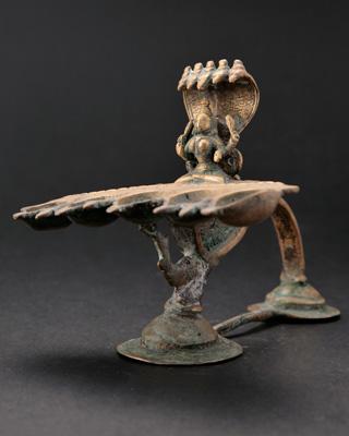 ナーガディーパム(蛇状オイルランプ)