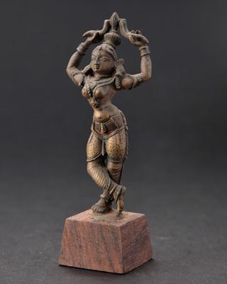 棒踊りの女性像