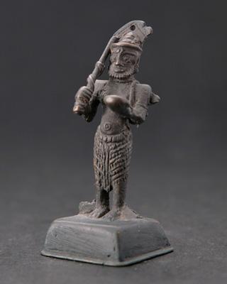 兼を持つ兵士の像